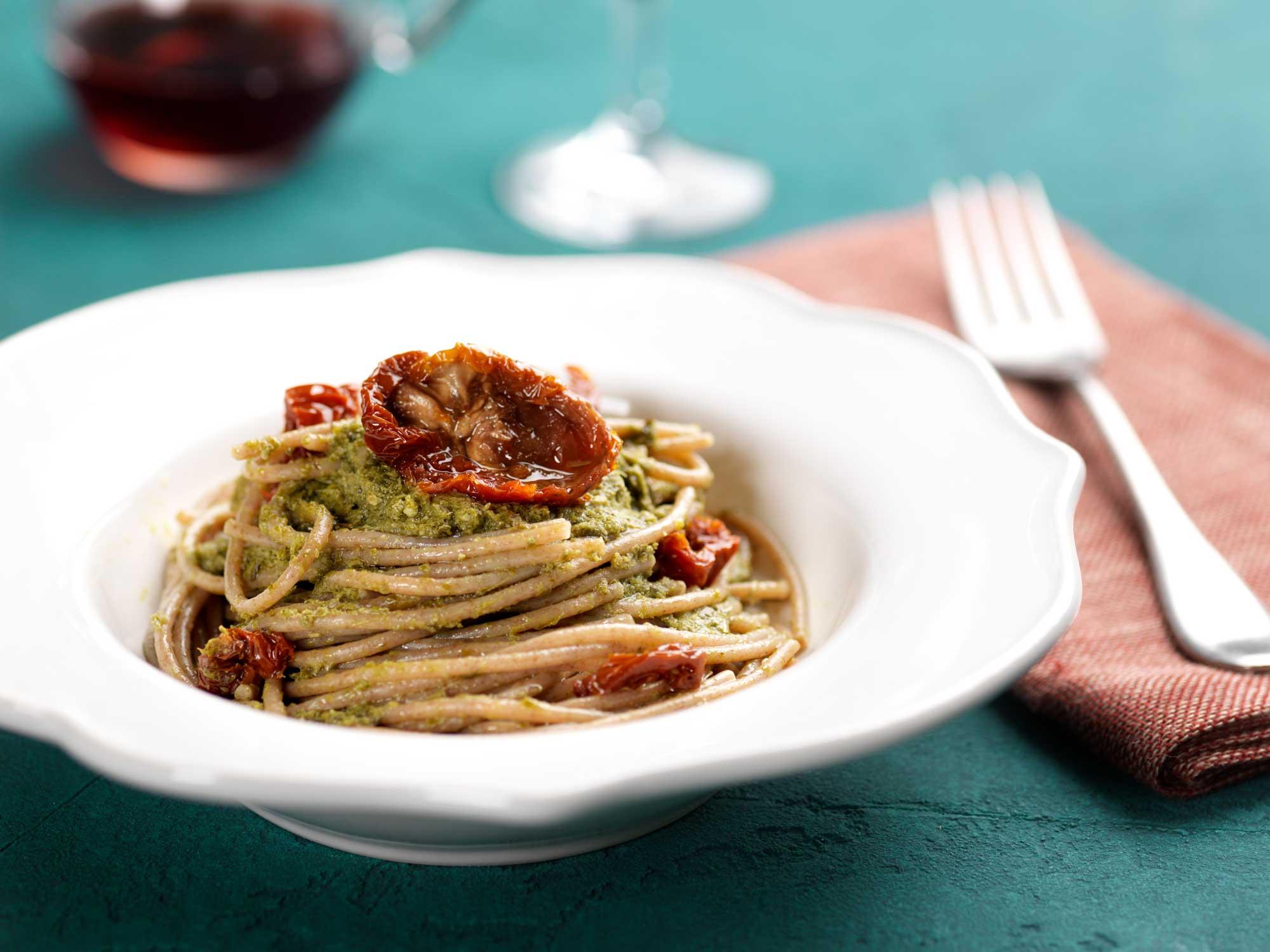 spaghetti con pomodori secchi e pesto al basilico
