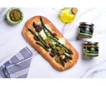 Pizza integrale con asparagi, provola e paté di olive nere e verdi