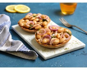Freselle integrali con fagioli, cipolla fresca, pesto di basilico e tonno